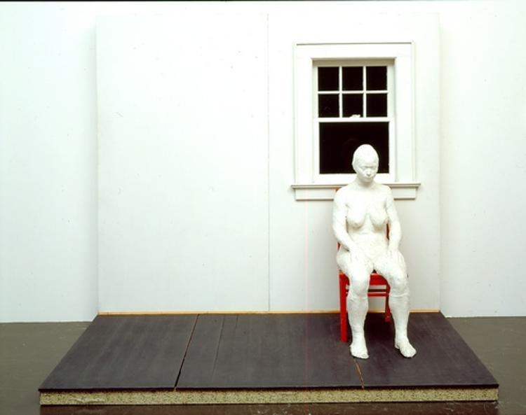 Girl Sitting Against a Wall I (Mädchen vor einer Wand sitzend I)